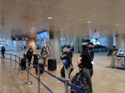 მგზავრები ისრაელის აეროპორტში
